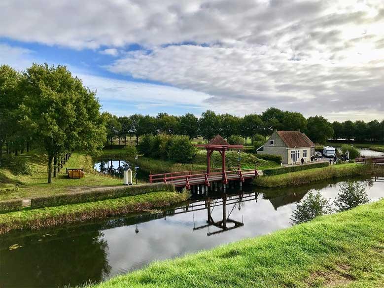 Historische Zugbrücke bei der Festung Bourtange in der Provinz Groningen