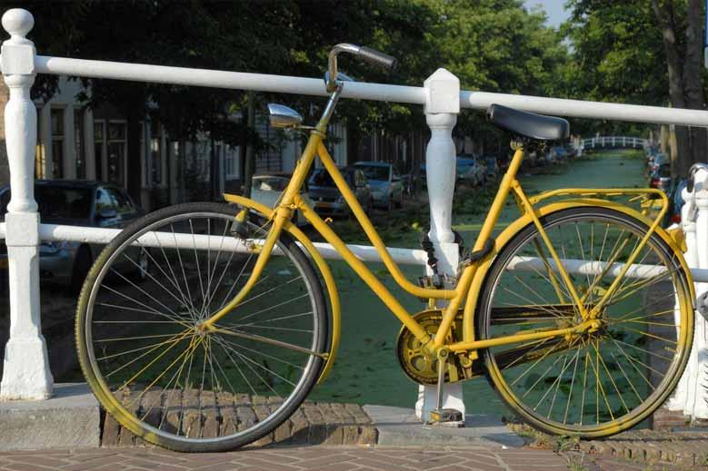 Fahrrad auf einer Kanalbrücke