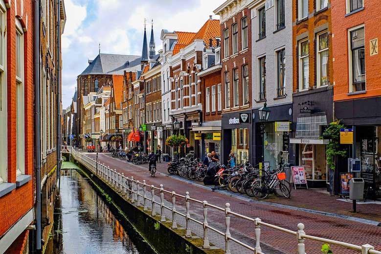Radweg zwischen Geschäften, Fußgängerzone und Kanal