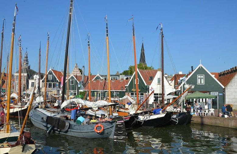 Fischerboote im Hafen von Volendam