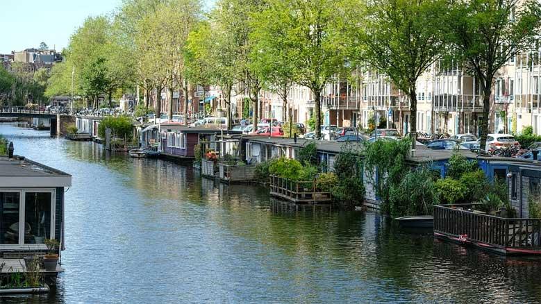 Kanal, auf dem Hausboote mit Garten liegen
