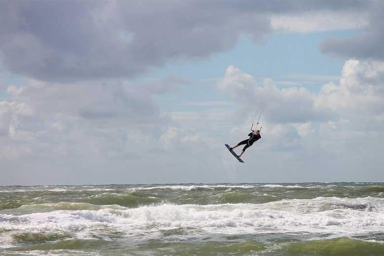 Kitesurfer beim Sprung über die Wellen der Nordsee