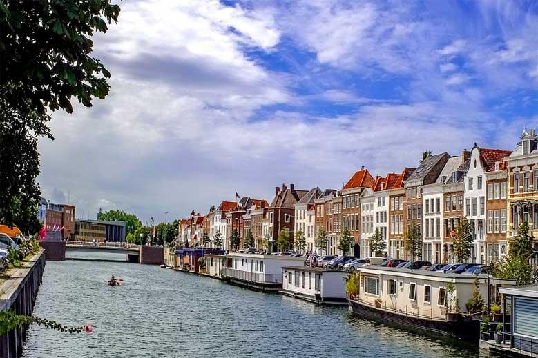 Hausboote und Häuser entlang des Kanals in Middelburg