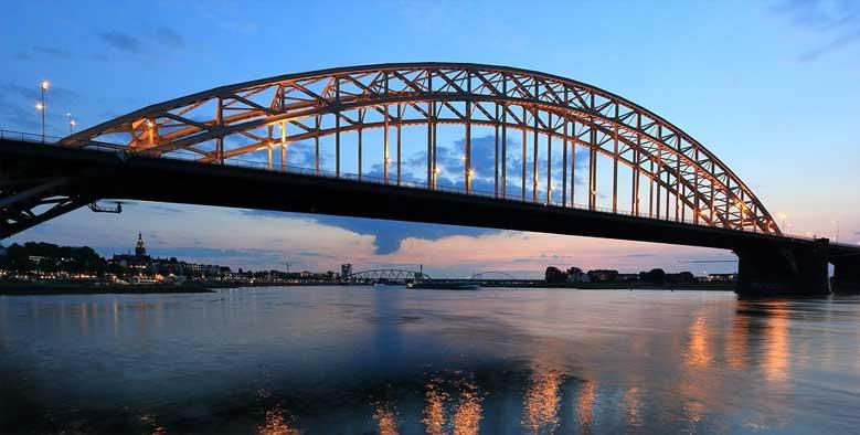 Brücke über den Fluß Waal in Nimwegen