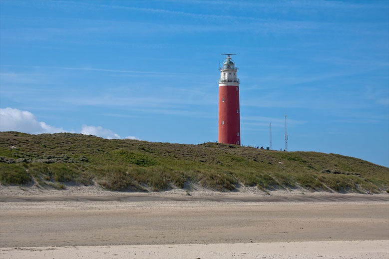 Sandstrand mit Leuchtturm auf Texel, Nordsee