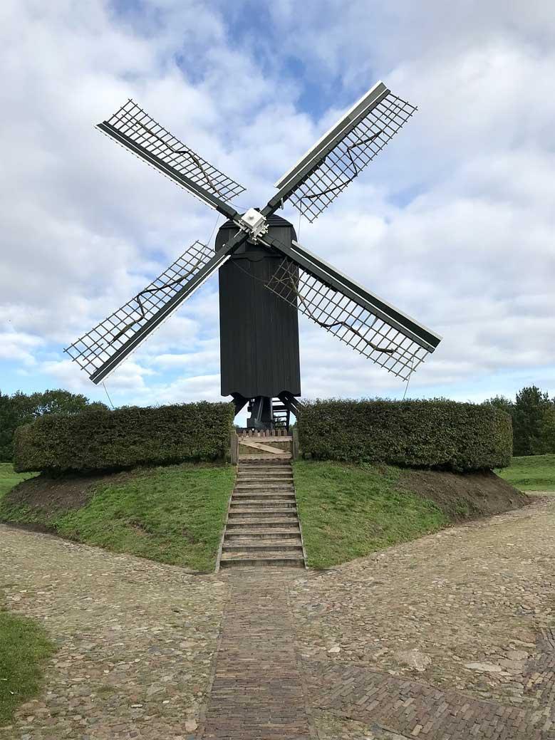 Typische Holzwindmühle nahe der Festung Bourtange